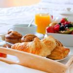 Столик для завтрака в постель – удобно и практично
