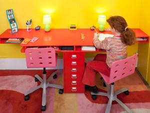 Письменный стол для двоих детей — стильно и практично