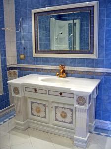 Тумба под раковину в ванную — особенности и дизайн