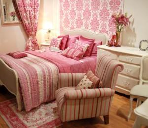 Розовые обои и шторы: создаём стильный интерьер